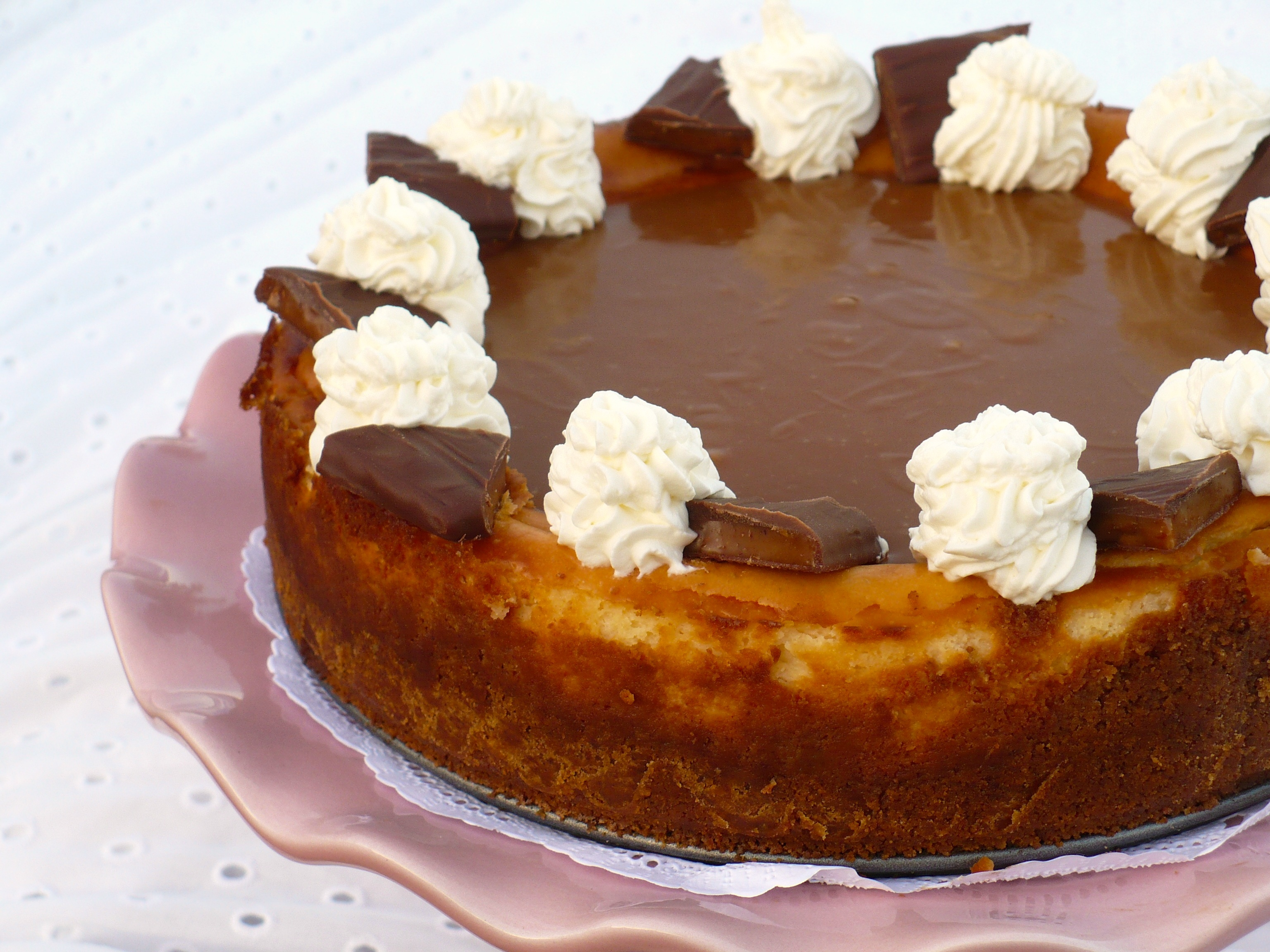 TOFFEE CHEESECAKE WITH CARAMEL SAUCE | Food People Want